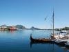 Der Hafen von Ballstad - samt nachgebautem Wikingerboot