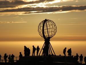 Der Nordkapp-Globus um Mitternacht